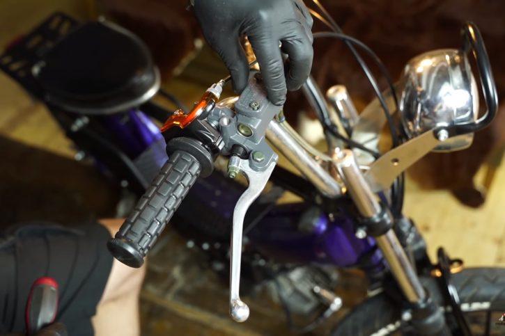 Bremsflüssigkeitsbehälter öffnen - Bremse entlüften